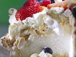 Biała dama - ciasto bezowe z bitą śmietaną i owocami