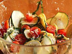 Szybka sałatka z cukinii, kabaczka i pomidorów